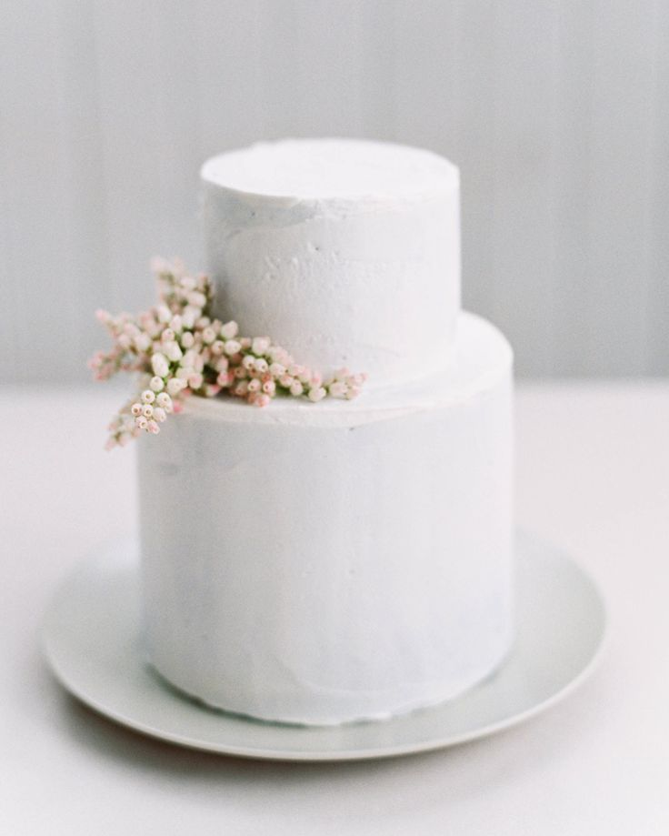 Elegant And Affordable Wedding Flower Ideas We Love Affordable Wedding Flowers Simple Wedding Cake Unique Wedding Cakes
