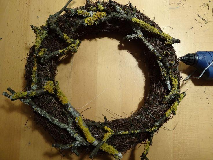 Für die Zeit , bis der Frühling endlich einzieht, habe ich aus Naturmaterialien eine schlichten Tür- Kranz gemacht. Dafür habe ich b ei...