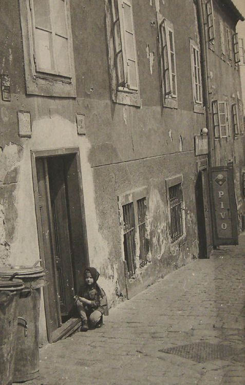 tytusjaneta:  Ludvík Souček  Dívka na ulici 50.léta