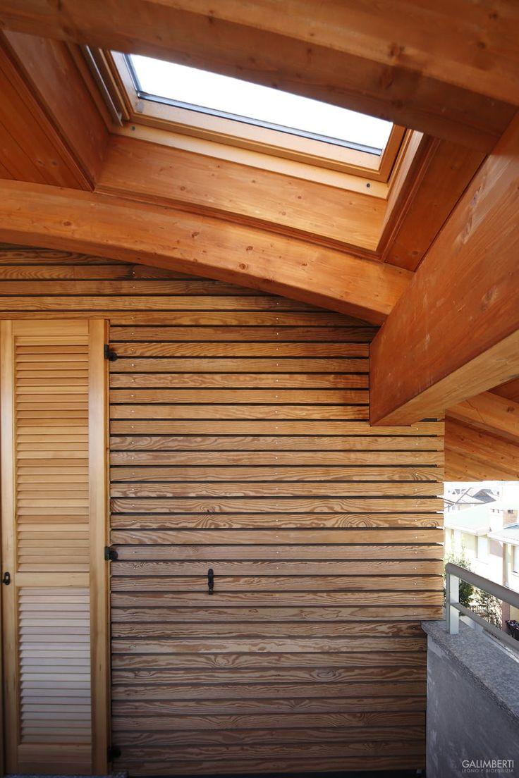 particolare tetto curvo in legno con lucernario velux e
