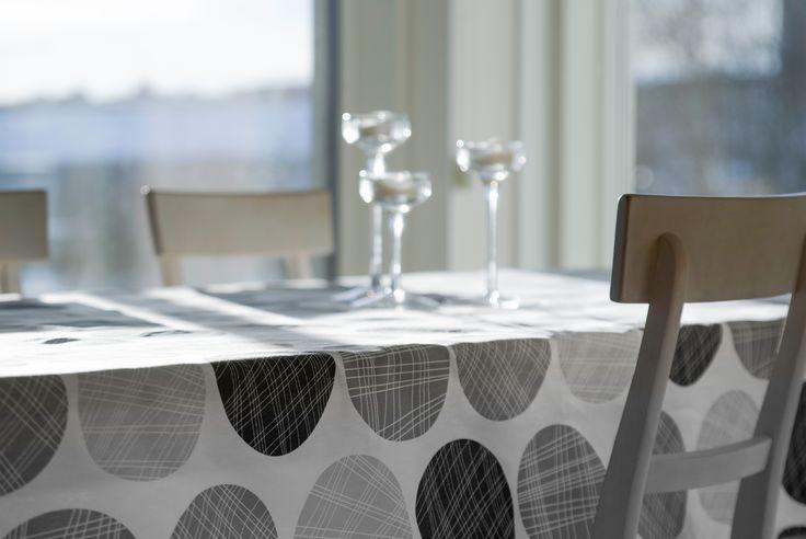 Linda Svarfvarin suunnittelema Murikka sopii kodin kaikkiin tiloihin ja tarpeisiin. // Paksun puuvillan väreinä harmaa ja beige, harmaa saatavilla myös ohuena verhokankaana.