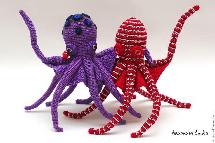 Купить или заказать Игрушка вязаная Осьминог ОКТИмус Прайм в интернет-магазине на Ярмарке Мастеров. Игрушка вязаная Осьминог ОКТИмус Прайм (лат. Thaumoctopus mimicus) умеет копировать внешний вид и поведение более чем 15 групп морских организмов: морских змей, скатов, камбал, медуз, актиний, креветок, крабов, офиур и некоторых других. Благодаря внутреннему каркасу, осьминожек способен принимать очень натуралистичные или же смешные позы. А юбочка придает ему дополнительный реализм!
