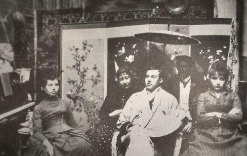 Camille con il fratello, la sorella, la madre e il fidanzato della sorella nel proprio atelier, collezione Elborne, 1887 circa, la foto appartiene probabilmente ad una serie scattata dal futuro marito della scultrice Jessie Lipscomb quando si era recato a Parigi nel febbraio del 1887.