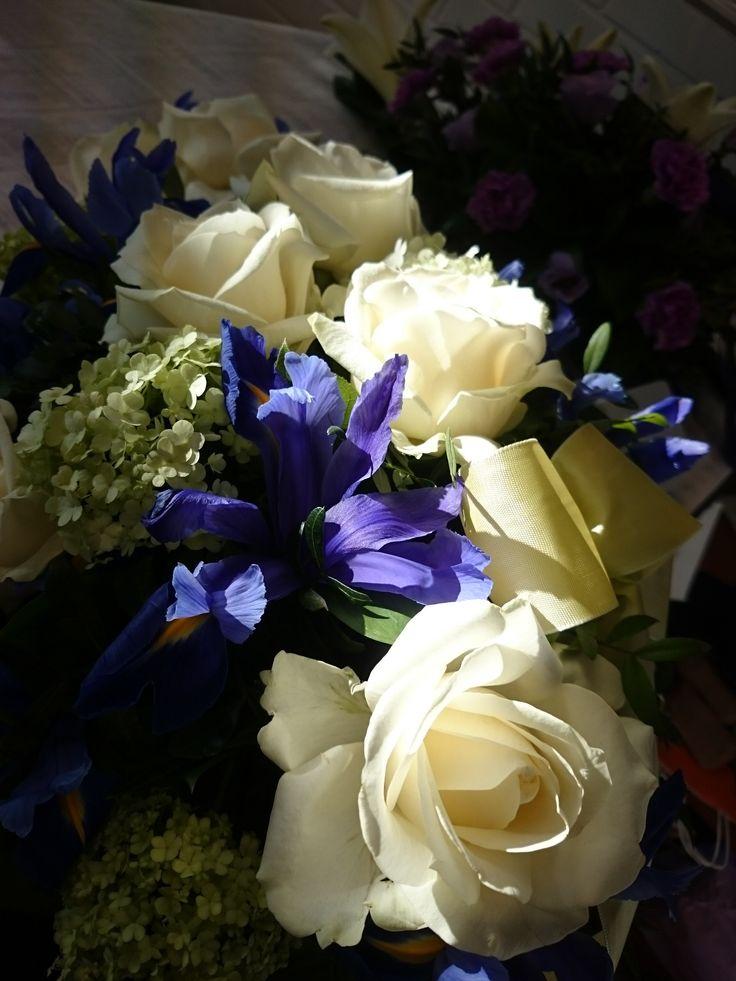 Funeral flowers made with white roses and irises. Finnish colours. Surulaite valkoisesta ruususta ja iiriksestä, Suomen värein.