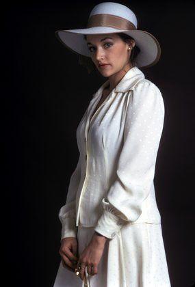 Оливия Хасси в белом костюме