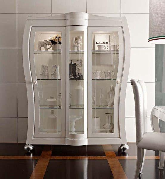 Lemari Hias Dan Pajangan Duco LHS-006 terbuat dari kayu mahoni, memiliki tampilan desain minimalis modern dengan finishing cat duco putih.