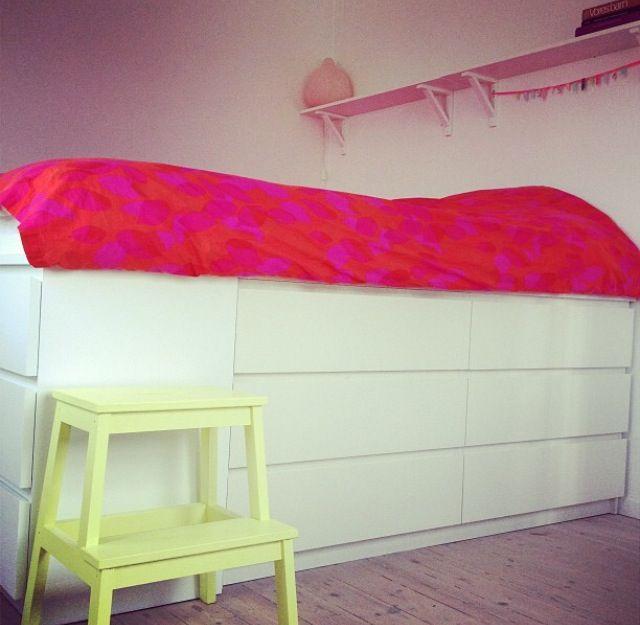 Bed Seng bygget af to kommoder fra IKEA, smart til opbevaring