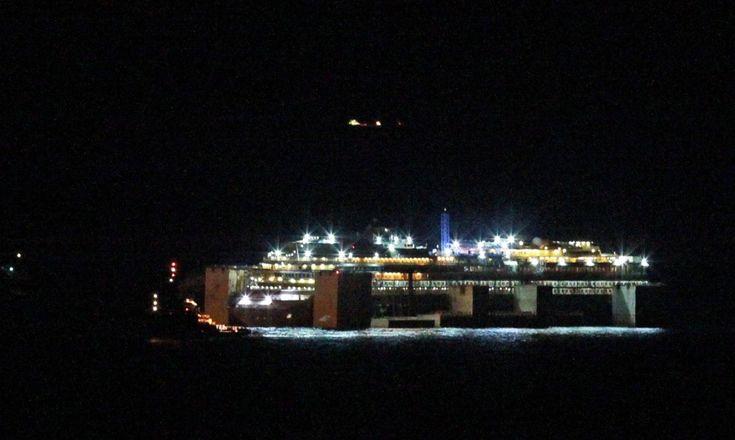 Dal Giglio a Genova. E' la fase finale dell'ultimo viaggio della Concordia, arrivata nella città ligure già dalle prime ore del mattino. Due rimorchiatori di prua, due di poppa e quattro di lato portano la nave dentro al porto di Voltri, lungo la stessa banchina che la accolse quando f