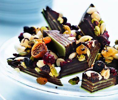Ett charmigt recept på stilig och god grön marsipan med frukt och choklad att servera till dessert. Du gör efterrätten av bland annat marsipan, mörk choklad, torkad frukt, nötter och mandlar. Lyxigt och gott!