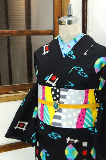 黒の地に色硝子のような澄んだ色合いで染め出された、小鳥を思わせる絣風のデザインがノスタルジックな遊び心をさそう注染レトロ浴衣です。 #kimono