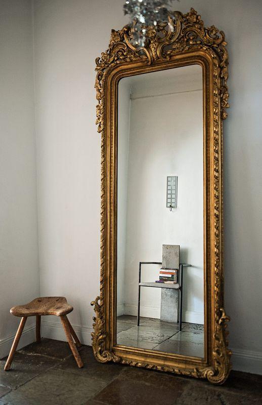 Stiligt stilleben. Betongstolen Concrete är en designklassiker, träpallen har tillhört en jordemor och grannlåten till spegel fyndade Chiqui Mattsons moster. Tiden har gett stengolvet vacker patina.