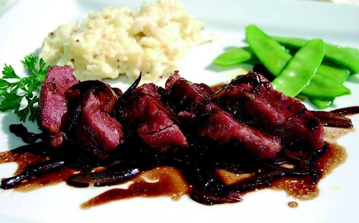 """750g vous propose la recette """"Noix de joue de porc confite, échalote au vinaigre balsamique et écrasé de céleri à la moutarde"""" publiée par Jean Routhiau."""