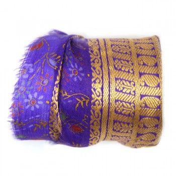 Shanti wraps zijn gemaakt van puur zijde sari randen, soms wel 50 jaar oud. Van elke Shanti hebben we er maar maximaal drie, op is op. Het is bijna niet op foto weer te geven hoe mooi en fijn deze sari randen zijn, bovendien dragen ze heerlijk zacht. De armband maakt een mooie ondergrond voor meerdere armbanden, zgn. 'armcandy', maar draagt solo ook prima. Het beslag is antiek silver plated. Shanti betekent vrede, rust, kalmte en plezier.De breedte van een rand varieert van ±5 tot 7 ...