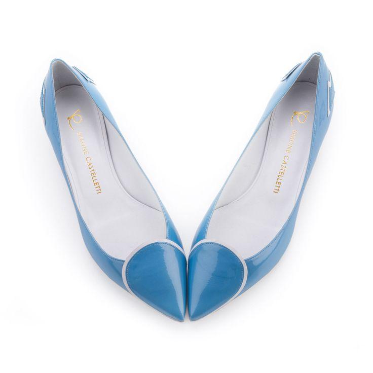 Si chiamano Valentina e sono il nuovo modello di ballerine in vernice azzurra di Simone Castelletti. La particolarità? Se si uniscono le punte, comparirà, come per magia, un tenero cuore!