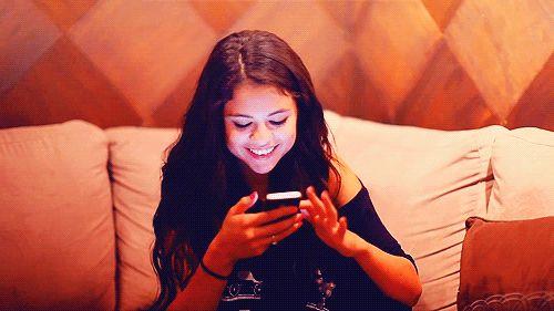 Como seu signo se comporta nas redes sociais?  Ariana, a festeira Você quer estar à frente, ser a primeira, chegar antes. Saiu alguma notícia bombástica? A ariana corre para dar opinião no Facebook. Fala na lata e, se os comentários estiverem discordando dela, chama pra briga, mesmo que só online. Ei, respira fundo, tá? Discutir em rede social é inútil! Outra coisa: seus álbuns de fotos são sempre os maiores. E você bomba no Insta!