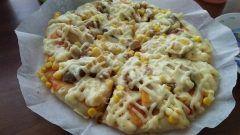 照焼きチキンピザ  数日前に作った手羽元と大根と卵の甘辛煮の残りが冷蔵庫にあったので  手羽元の身を骨からはずしたものと卵はスライスしてピザ生地に並べコーンとチーズをパラパラのせて最後にマヨネーズを綺麗にかけて焼くと  照焼きチキンピザに大変身  旦那様も息子も美味しい美味しいと食べてくれました(_)  #料理 #リメイク #節約 #冷蔵庫の残り物