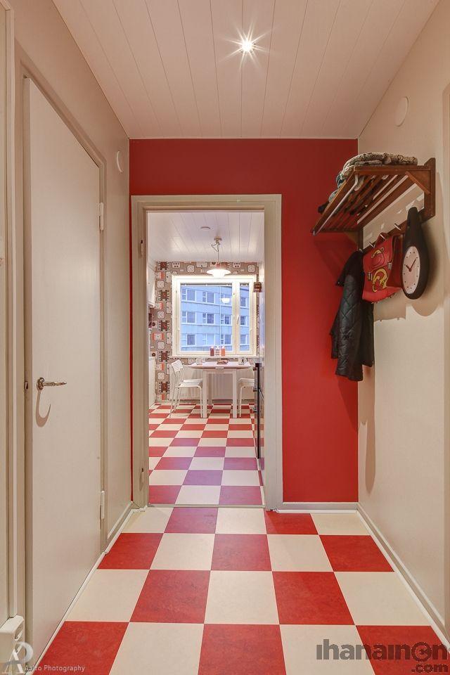 Ihanainen.com sisustussuunnittelu. Iloinen ja pirteä eteinen saa kotiin tullessa hymyn huulille. #sisustussuunnittelu #sisustus #tampere #punainen #red #hallway #eteinen