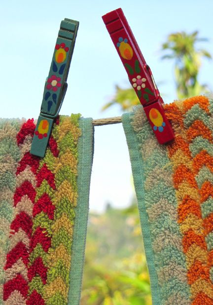 Change your laundry hanging experience!: Laundry Hanging, Clotheslines, Laundry Outdoors, Colorful Reminds, Painted Clothespins, Sweet Clothespins, Fresh Laundry, Cottage Kitchen Laundry, Hanging Laundry