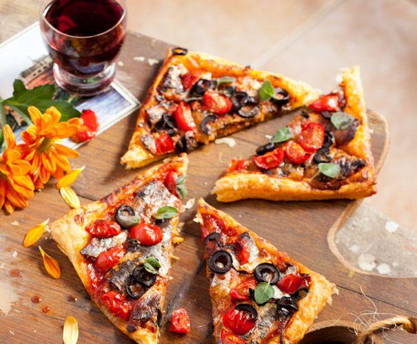 2 plakjes bladerdeeg (ontdooid) 100 g sardientjes in tomatensaus (blik) 1 el olijven (in ringen) 6 kerstomaten (in vieren) ½ tl oregano ...