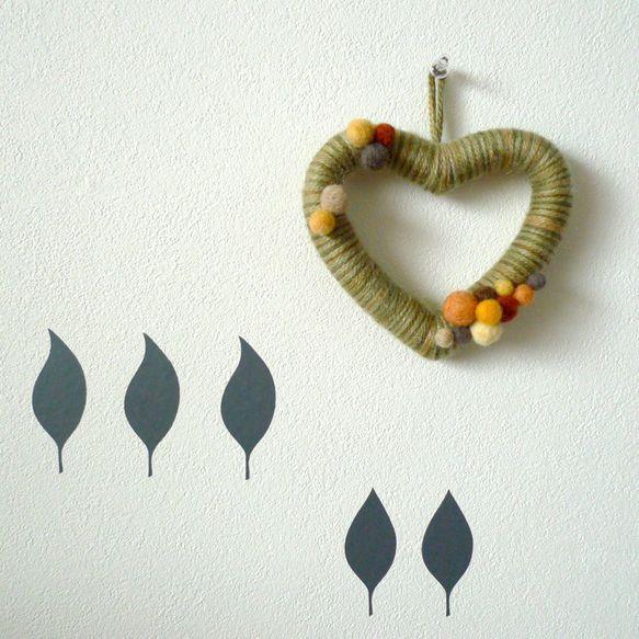毛糸&フェルトでできた、♡型の秋色リース。Thank God there's autumn in the world!素材:毛糸(モヘア)、羊毛フェ...|ハンドメイド、手作り、手仕事品の通販・販売・購入ならCreema。