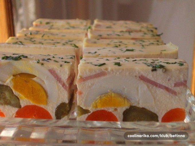 Studený předkrm - jogurtová delikatesa s vajíčkem, okurkou, mrkví a šunkou