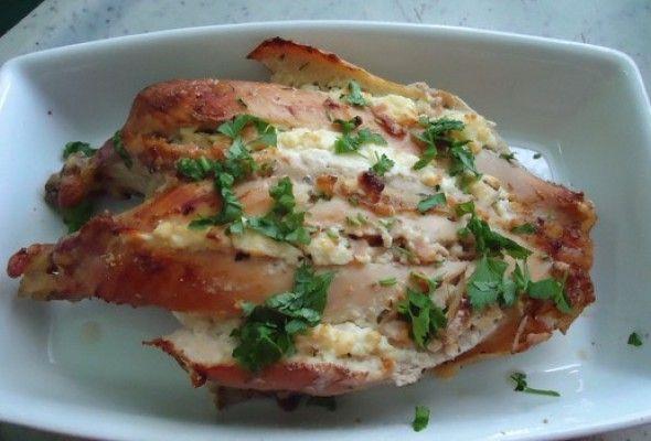 Peito de Frango Recheado 01 Quilo (s) de peito de frango 02 Colher (es) de sopa de queijo cottage 01 Fatia (s) de ricota light 01 Fatia (s) de peito de peru 01 Dente de alho sal a gosto orégano a gosto