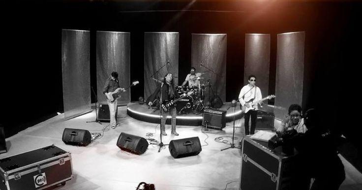 Lírica es una banda de rock formada por músico y compositor Andrés Carreño en el 2008, Lírica, fusiona distintos géneros del rock como funk y el blues, las letras de Lírica siempre hablan de la energía vista desde diferentes perspectivas, deseo, pasión, fuerza, amor; está formada desde el 2013 por A