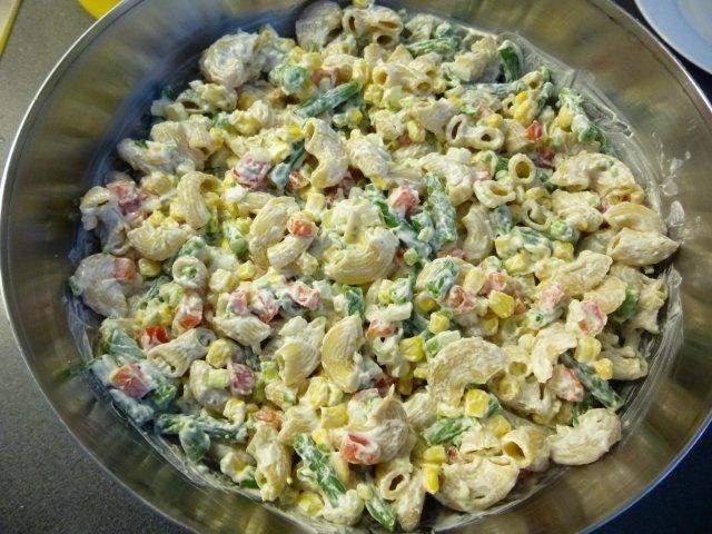 Das perfekte Frühlingsnudelsalat-Rezept mit Bild und einfacher Schritt-für-Schritt-Anleitung: Die Hörnchennudeln nach Packungsanweisung kochen, abgießen…
