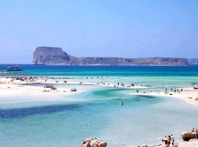 Laguna di Balos : sulla parte nord-est dell'isola di Creta ; mare caraibico ; alle spalle della spiaggia vi è il monte Geroskinos mentre davanti c'è la pittoresca isola di Gramvousa . [Non Visitato]