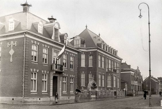 Verloskunde: Het gebouw van de nieuwe school voor Vroedvrouwen in Heerlen, 1913.