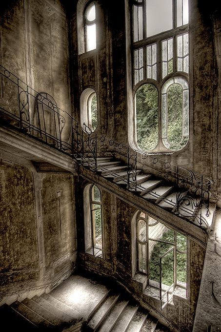 detailsorientedbyshapepluspace:        abandoned house in France