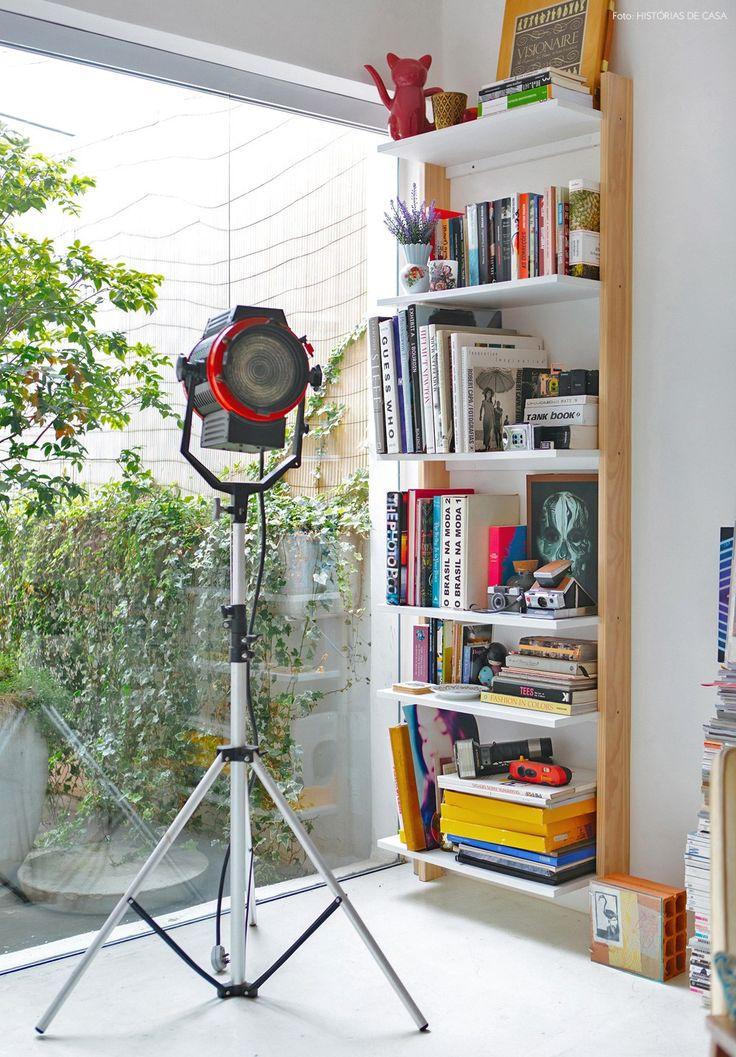 08-decoracao-piso-branco-estante-madeira-livros-cores