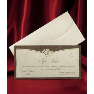 Confectionata dintr-un carton de culoare maro inchis sidef avand asezat deasupra un carton de culoare crem deschis sidef destinat textului. Dimensiunile acestei invitatii de nunta sunt de 11.5x22.5cm. http://www.decoratiuni-nunta.com/invitatii-nunta/invitatii-nunta-2560