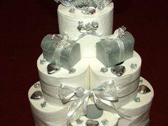 Hochzeitstorte aus Toilettenpapier mit silberner Verzierung