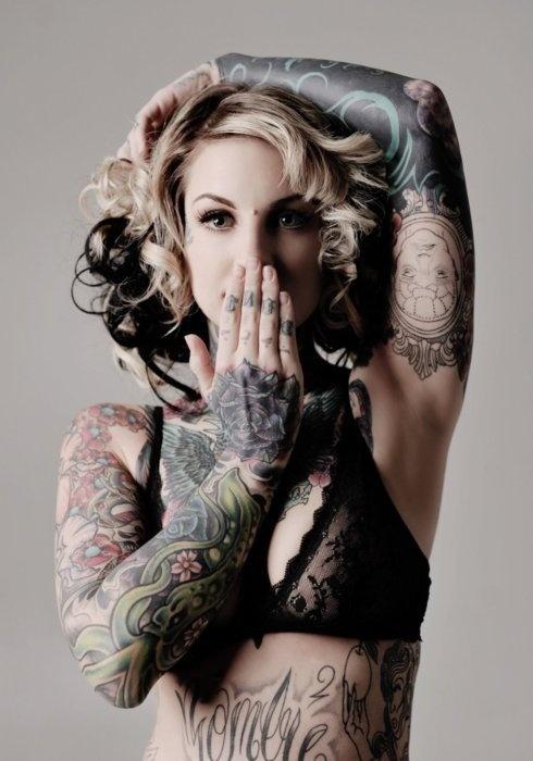 A beautilful tatoued woman
