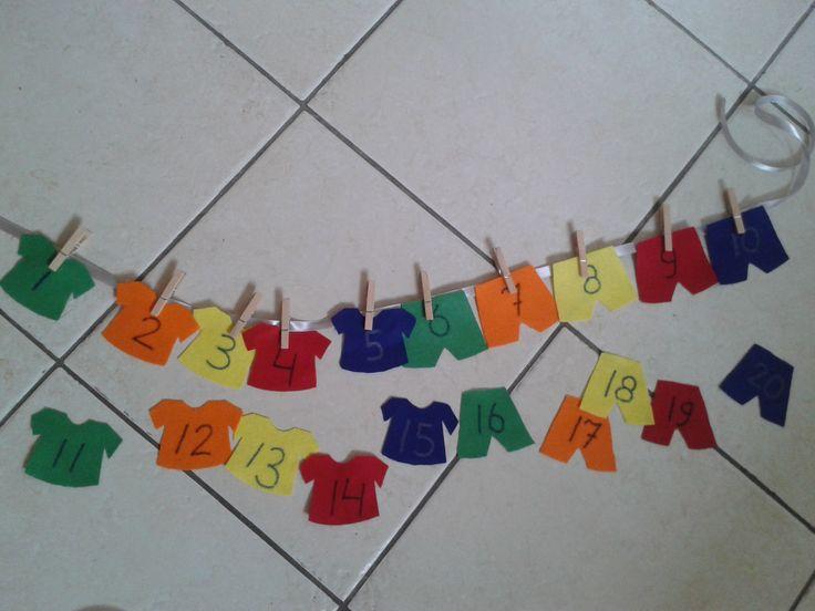 Getallenwaslijn:  1) Hang de shirtjes en broekjes op de goede volgorde aan de waslijn.  2) Twee waslijnen onder elkaar zodat de structuur van de getallen zichtbaar wordt.  3) Hang een aantal shirtjes of broekjes op; de kinderen moeten de getallenlijn verder aanvullen met de resterende shirtjes/broekjes.