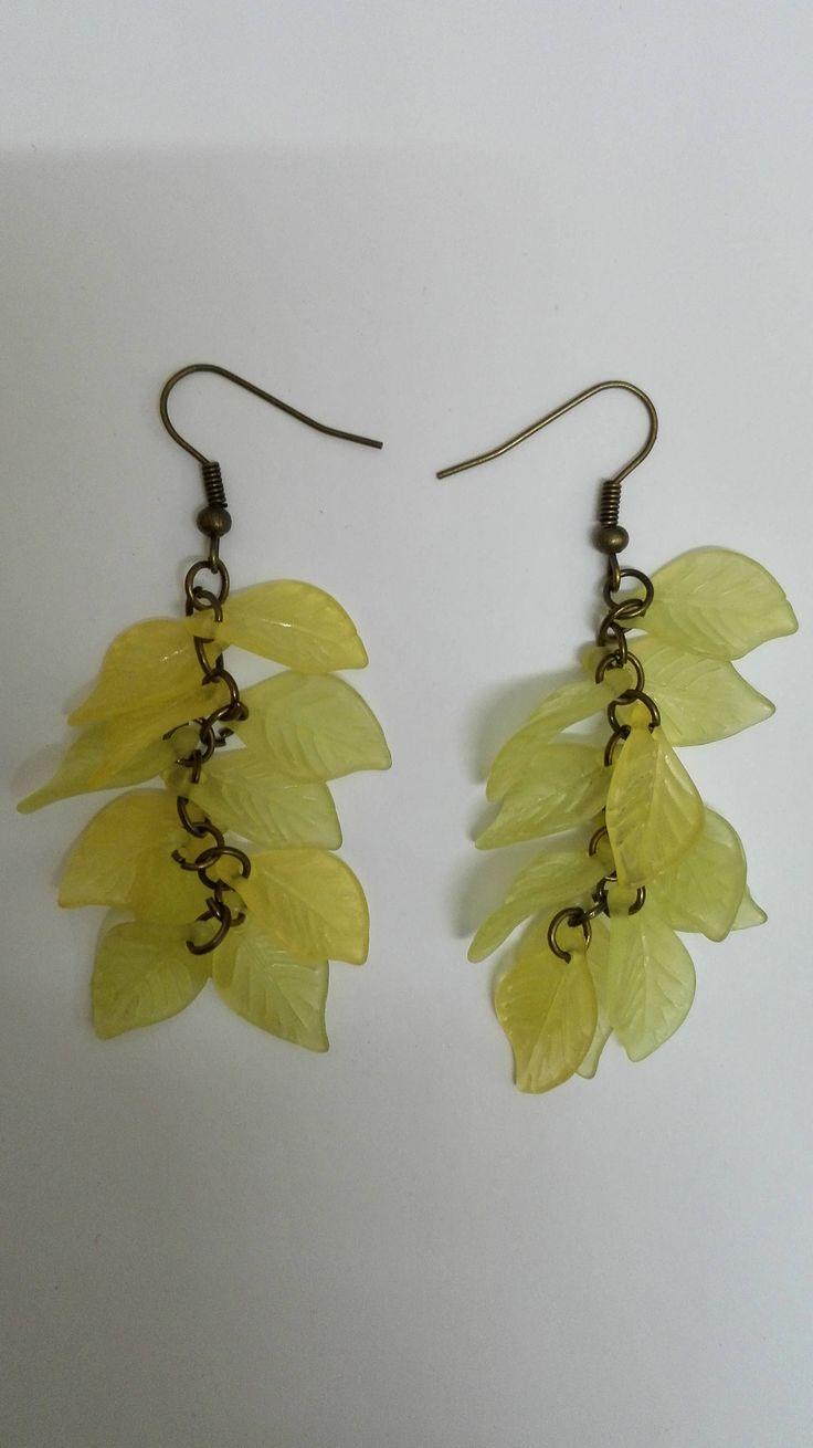 Boucles d'oreilles pendantes grappes- bronze- perles feuilles -jaune/vert de la boutique DeessesEtNymphes sur Etsy