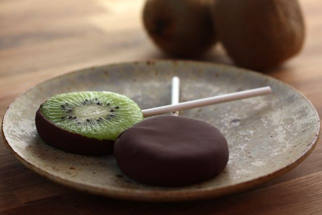 Originele lolly: kiwi bedekt in chocolade