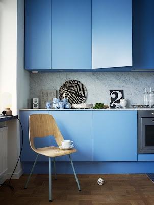 Blauw in de keuken, je kan je oude deurtjes gemakkelijk zelf een nieuwe kleur geven.