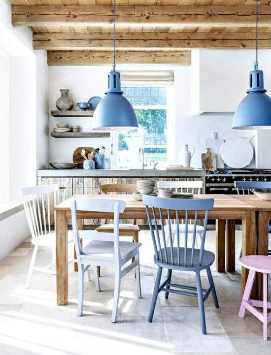combinación madera natural, blanco y azul pastel pastel chairs in the a rustic modern dining room