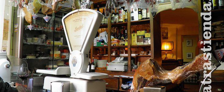 Embutidos, quesos y patés de calidad. Conservas bien seleccionadas, acompañado todo de excelentes vinos y cerveza fría. Coctelería fina y selecta