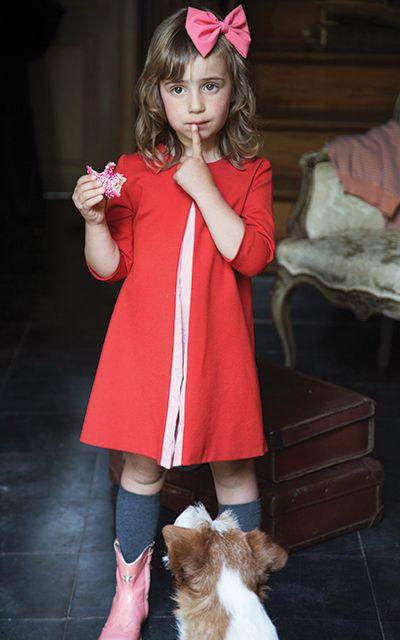 Le pli ouvert situé sur le devant de cette robe attire tous les regards. Mais vous pouvez encore accentuer cet effet en utilisant un tissu d'une autre couleur. Nous avons sélectionné pour vous un épais tricot rouge que nous avons combine à un léger tissu en coton rose clair de l'Atelier Brunette.