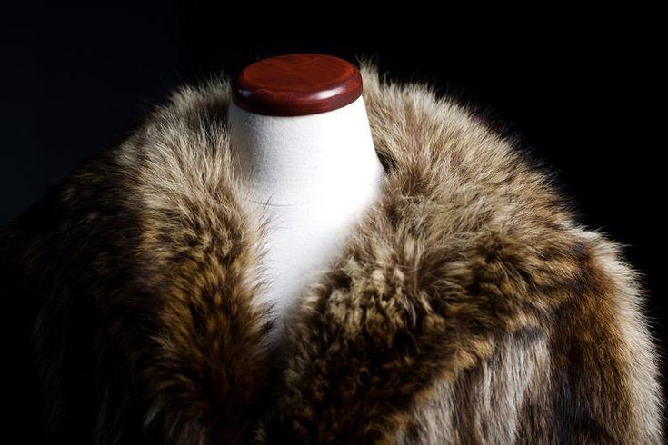 Consejos para guardar abrigos de piel. Los abrigos de piel real son artículos de lujo delicados y a menudo costosos. Con el almacenamiento adecuado puedes preservar la calidad y prolongar la vida útil de tu valiosa piel y un abrigo de este tipo bien conservado puede aumentar su valor con el tiempo. ...