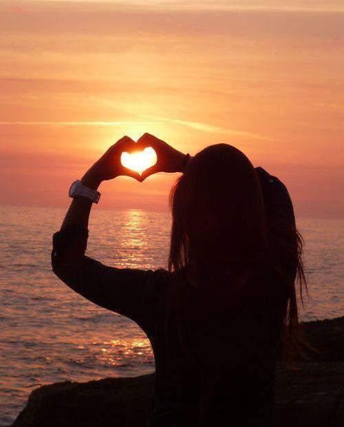 """Avrei bisogno di quel tuo abbraccio caldo Ho scritto agli angeli gli ho chiesto di riportarti da me. Ho comprato un francobollo e assegnato questa lettera a Dio. L""""ho imbucata dentro al mio cuore Che ora batte forte Perché vuole fartela arrivare in un solo attimo senza dover aspettare. Ho scritto di quanto mi manchi dei ricordi che ho nel cuore del tuo nome urlato al vento quando mi hai lasciato. Ho scritto di quello che eri per me ogni lettera portava una lacrima con sé perché questo vuoto…"""