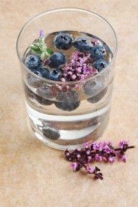 Bosbes lavendel water  Ingrediënten:  handvol bosbessen 10 lavendel bloemetjes ijsblokjes water