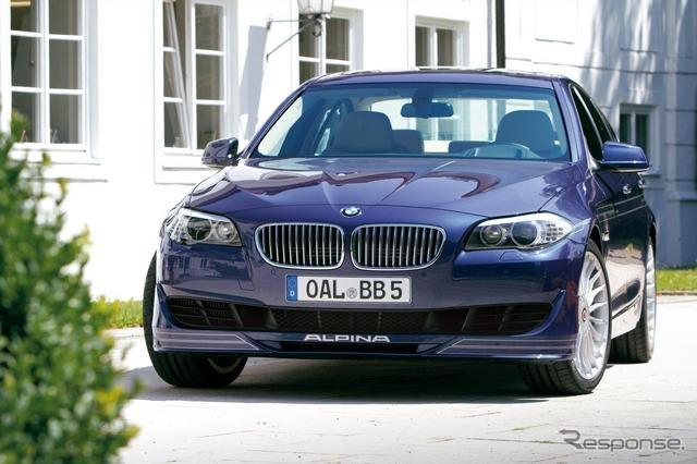 アルピナが、BMW『5シリーズセダン』をベースに開発したのがB5 BiTurbo。「550i」用の4.4リットルV型8気筒ガソリンツインターボエンジンには、専用チューンが施され、最大出力507ps、最大トルク71.4kgmを引き出す。これは550iに対して、100ps、10.2kgmもの上乗せだ。  今回の改良では、エンジンをさらにパワーアップ。最大出力は540ps、最大トルクは74.4kgmを獲得した。これは従来比で33ps、3kgmの性能向上に当たる。  トランスミッションはZF製の8速AT、「スイッチトロニック」。パワーアップしたB5 BiTurboは、0-100km/h を4.5秒で駆け抜け、最高速は319km/hに到達する。従来よりも、0-100km/h加速は0.2秒短縮され、最高速は12km/h伸びた。