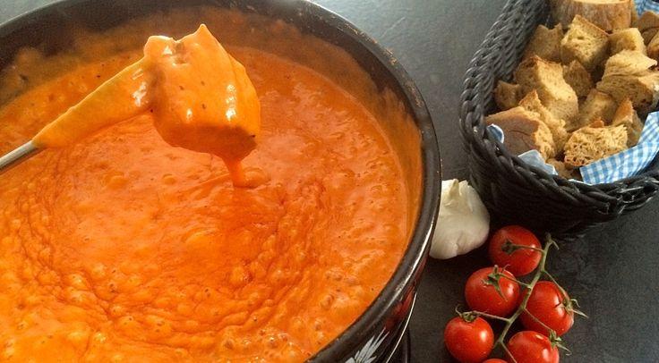 Leicht, bekömmlich und unglaublich lecker: Das Tomaten-Fondue unserer Tante aus dem Baselbiet ist echt der Hammer und ganz schnell und einfach zubereitet. Im Gegensatz zum normalen Käsefondue liegt die kalorienärmere Variante mit dem roten Gemüse nach dem Genuss weit weniger schwer im Magen.