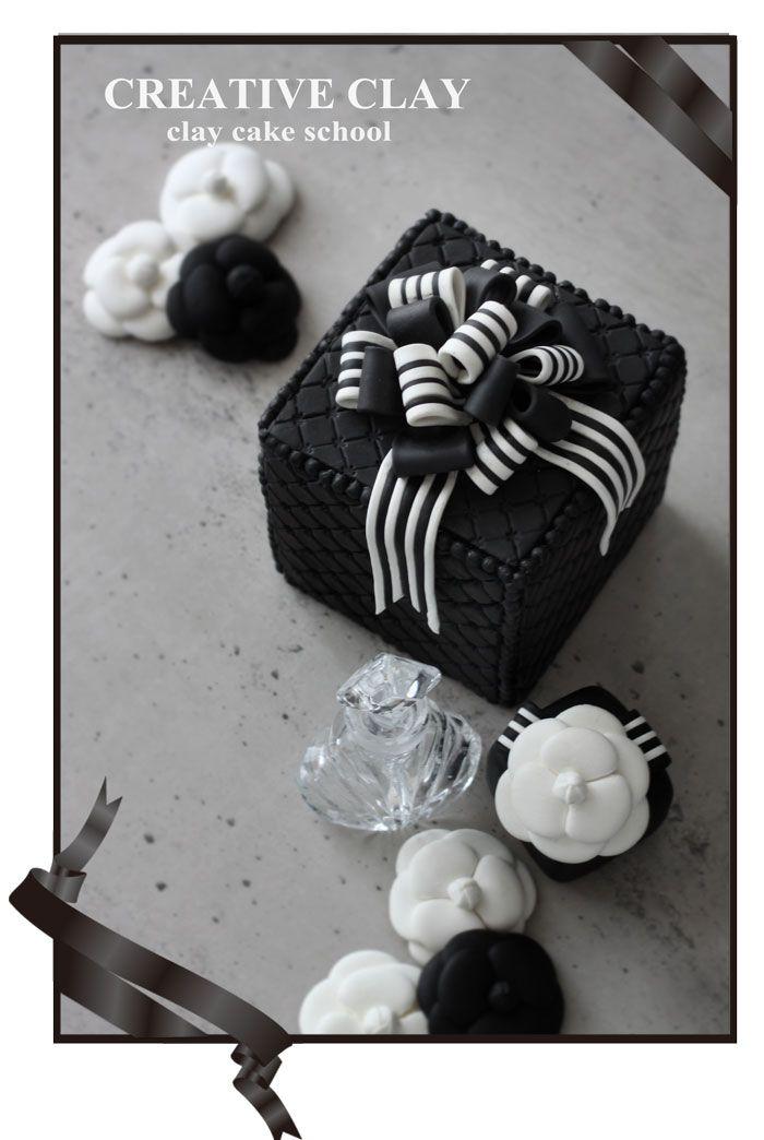 マトラッセケーキにストライプリボン全てクレイで制作しています。