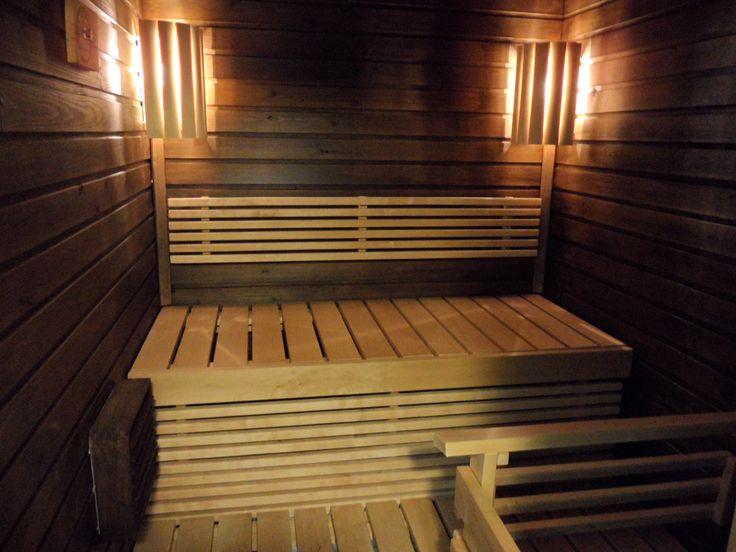 Vanhan saunan voi päivittää. Tässä kohteessa saunaan vaihdettiin uudet lauteet sekä kaiteet ja valaistusta lisättiin. Seinäpaneelit käsiteltiin sävytetyllä Tikkurilan Supi Arctic -saunasuojalla.