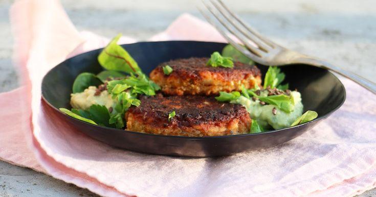 Snabbt och lätt svänger man ihop dessa, om man har förvällda vita bönor i kylen. Resultatet blir falafellika små biffar som passar bra med en sallad och avokadokräm.